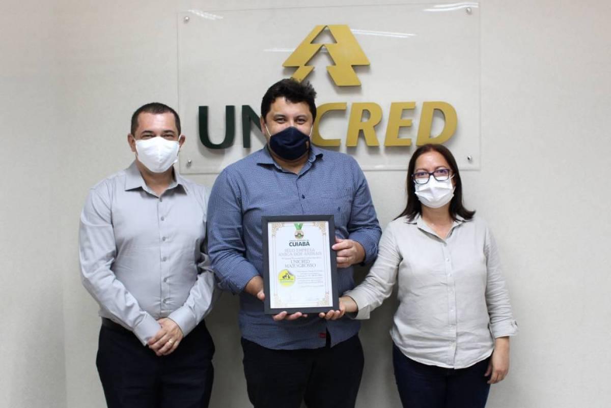 """Unicred MT recebe selo """"Empresa Amiga dos Animais"""""""