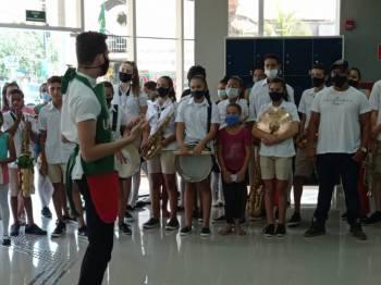 Sicoob em Canarana entrega uniformes para corpo coreográfico da Banda Municipal
